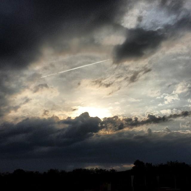 Die #Sonne neigt sich gen Boden und versinkt langsam in den #Wolken. Welch schöne #Welt#Sonnenuntergang #Landschaft