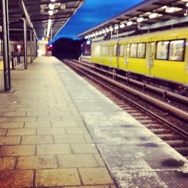 Und warten auf die Bahn