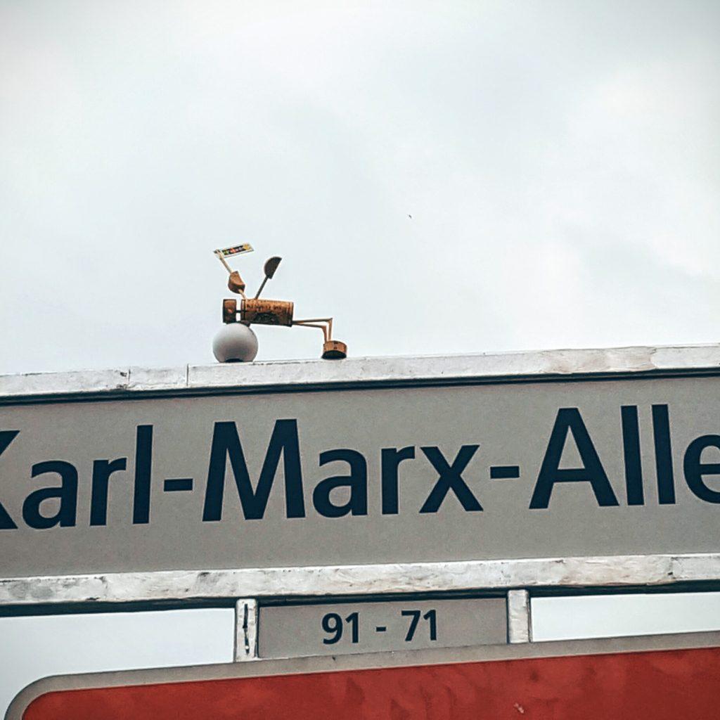 Eine Figur auf einem Straßenschild